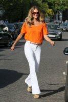 Elle Macpherson - Londra - 03-05-2011 - Corsi e ricorsi fashion: dagli anni '70 ecco i pantaloni a zampa