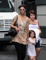Isabella Cruise, Suri Cruise, Katie Holmes - Toronto - 22-08-2010 - Bella Cruise lavora con la matrigna Katie Holmes
