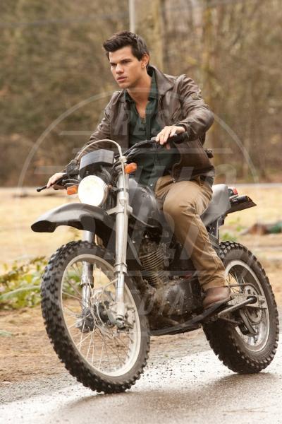 Taylor Lautner - Los Angeles - 04-05-2011 - More? Bionde? Macchè: gli uomini preferiscono le… moto!