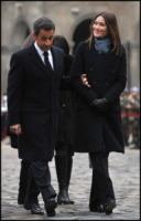 Nicolas Sarkozy, Carla Bruni - Parigi - 04-01-2011 - Sarkozy deriso dai media. Notate nulla in questo scatto?