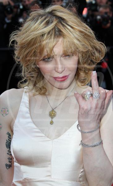 Courtney Love - Cannes - 20-05-2011 - Dal libro delle celebrities: il comandamento del dito medio
