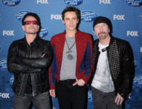 Reeve Carney, The Edge, Bono - Los Angeles - 26-05-2011 - I big della musica si esibiscono alla finale di American Idol, vinta da Scotty McCreery