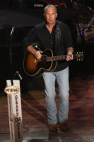 Kevin Costner - Nashville - 10-11-2008 - Star come noi: le celebritàse le suonano!