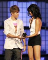 Selena Gomez, Justin Bieber - Toronto - 19-06-2011 - Selena Gomez e Justin Bieber adottano un cane