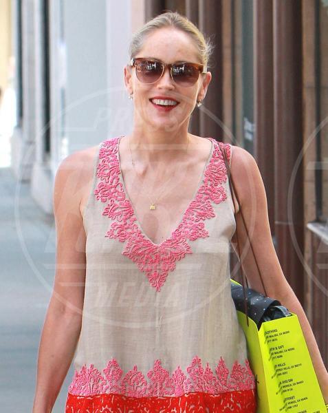 Sharon Stone - Beverly Hills - 29-06-2011 - Reggiseno? No grazie, le star lasciano intravedere tutto