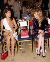 Emma Watson, Eva Mendes - New York - 28-06-2011 - Parata di stelle ed eleganza alla sfilata newyorkese Salvatore Ferragamo