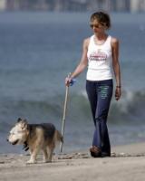 Jennifer Aniston - Malibu - 03-09-2005 - Anche i VIP in spiaggia con i fidati amici a quattro zampe