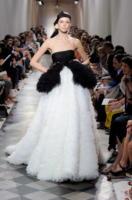Modella Giambattista Valli - Parigi - 04-07-2011 - Jennifer Lopez e Chiara Ferragni, chi lo indossa meglio?