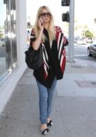 Paris Hilton - Los Angeles - 13-07-2011 - È arrivato l'autunno: tempo di tirar fuori il poncho!