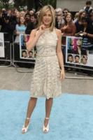 Jennifer Aniston - Londra - 28-07-2011 - Jennifer Aniston legge le riviste di gossip per divertirsi