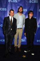 Angus T. Jones, John Cryer, Ashton Kutcher - New York - 18-05-2011 - Ashton Kutcher si spoglia per Ellen DeGeneres