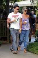 Justin Theroux, Jennifer Aniston - Hawaii - 05-08-2011 - Jennifer Aniston legge le riviste di gossip per divertirsi