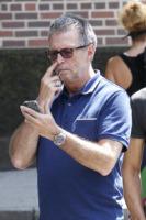 Eric Clapton - New York - 12-08-2011 - Star come noi: beccati con le dita nel naso!