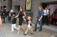 """Shiloh Jolie Pitt, Maddox Jolie Pitt, Zahara Jolie Pitt, Pax Thien Jolie Pitt, Angelina Jolie, Brad Pitt - Londra - 07-08-2011 - Brad Pitt: """"Stare con la mia famiglia significa tutto per me"""""""