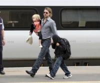 Shiloh Jolie Pitt, Maddox Jolie Pitt, Brad Pitt - Glasgow - 18-08-2011 - Brad Pitt, l'FBI indaga per abuso di minori