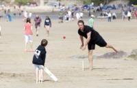 David Cameron - Polzeath - 21-08-2011 - Cameron lascia le acque agitate della politica per il bodyboard