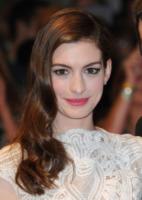 Anne Hathaway - Londra - 24-08-2011 - Essere bionda o essere mora? Questo è il dilemma!