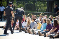 Daryl Hannah - Washington - 30-08-2011 - Daryl Hannah arrestata durante un sit in alla Casa Bianca