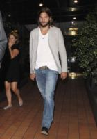 Ashton Kutcher - Brentwood - 06-09-2011 - Ashton Kutcher si spoglia per Ellen DeGeneres