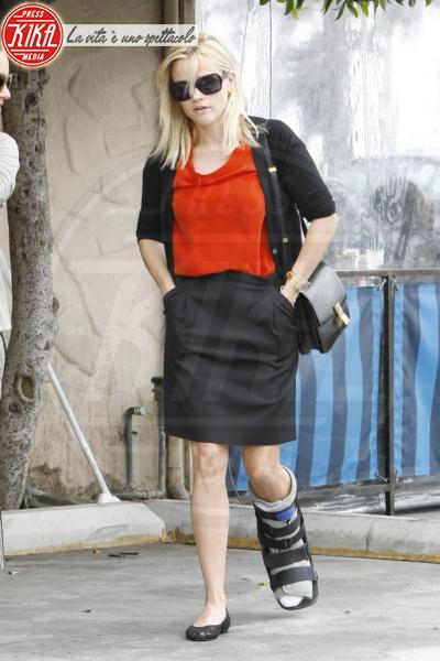 Reese Witherspoon - Los Angeles - 08-09-2011 - Bende, cerotti, gessi, la dura vita della star