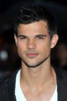 Taylor Lautner - Londra - 26-09-2011 - Taylor Lautner non riesce a non leggere i commenti su Internet