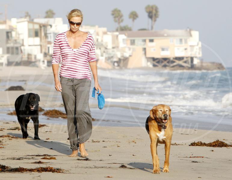 Charlize Theron - Malibu - 17-08-2009 - Anche i VIP in spiaggia con i fidati amici a quattro zampe