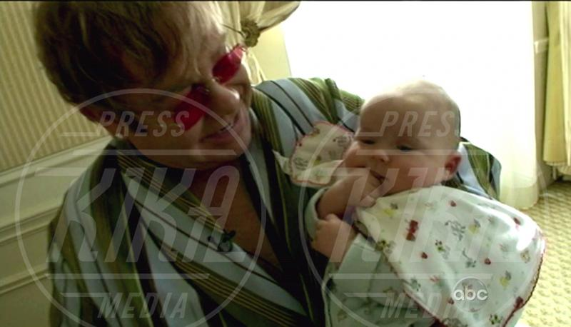 Elton John - New York - 23-04-2011 - I neonati diventano star in rete grazie al Childbirth-selfie