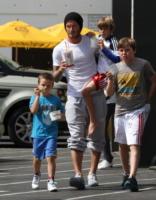 Cruz, Brooklyn Beckham, David Beckham, Romeo - Beverly Hills - 10-06-2011 - 19 marzo, festa del papà o festa dei DILF?