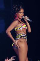 Rihanna - Glasgow - 12-10-2011 - Il video di Rihanna in onda in Francia solo dopo le 22