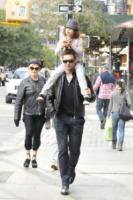 Deborra-Lee Furness, Ava Jackman, Hugh Jackman - New York - 23-10-2011 - Hugh Jackman sempre più magro a Broadway