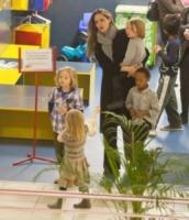 Vivienne Jolie Pitt, Shiloh Jolie Pitt, Knox Leon Jolie Pitt, Angelina Jolie - Budapest - 24-10-2011 - Angelina Jolie visita i luoghi di nascita del figlio Pax con la famiglia