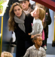 Vivienne Jolie Pitt, Zahara Jolie Pitt, Angelina Jolie - Budapest - 25-10-2011 - Angelina Jolie vede i Muppet coi figli Shiloh, Zahara e Pax
