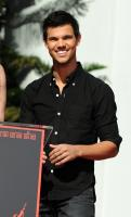 Taylor Lautner - Hollywood - 03-11-2011 - Taylor Lautner non riesce a non leggere i commenti su Internet