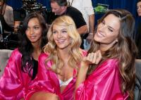 Candice Swanepoel, Alessandra Ambrosio - New York - 09-11-2011 - Il backstage del Victoria's Secret Fashion Show
