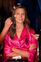 Karlie Kloss - New York - 09-11-2011 - Il backstage del Victoria's Secret Fashion Show