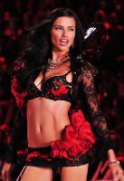 Adriana Lima - New York - 09-11-2011 - Adriana Lima ama San Valentino e si aspetta un bouquet di rose dal marito