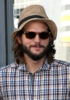 Ashton Kutcher - Hollywood - 29-09-2011 - Ashton Kutcher torna a casa in Iowa per il Ringraziamento