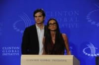 Demi Moore, Ashton Kutcher - New York - 18-11-2011 - Demi Moore annuncia ufficialmente il divorzio da Ashton Kutcher