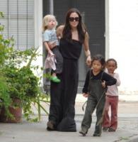Shiloh Jolie Pitt, Pax, Zahara Jolie Pitt, Angelina Jolie - New Orleans - 09-10-2008 - Angelina Jolie vede i Muppet coi figli Shiloh, Zahara e Pax