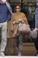 Eva Mendes - Parigi - 21-11-2011 - È arrivato l'autunno: tempo di tirar fuori il poncho!