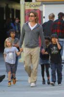 """Shiloh Jolie Pitt, Maddox Jolie Pitt, Zahara Jolie Pitt, Pax Thien Jolie Pitt, Brad Pitt - Hollywood - 26-11-2011 - Brad Pitt: """"Stare con la mia famiglia significa tutto per me"""""""