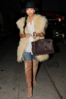Kim Kardashian - West Hollywood - 27-10-2011 - Kim Kardashian interpreta se stessa in Last man standing