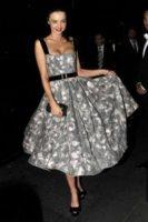 Miranda Kerr - Sydney - 02-12-2011 - Vita stretta e gonna ampia: bentornati anni '50!