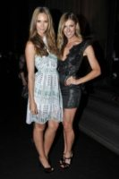 Laura Csortan, Nikki Phillips - Sydney - 02-12-2011 - Miranda Kerr, un angelo anni '50 al party del nuovo flagship store di Louis Vuitton