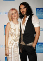 Katy Perry, Russell Brand - Los Angeles - 03-12-2011 - Katy Perry impersona Pippa Middleton per il Saturday Night Live