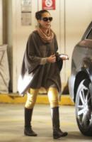 Jessica Alba - Santa Monica - 03-12-2011 - È arrivato l'autunno: tempo di tirar fuori il poncho!