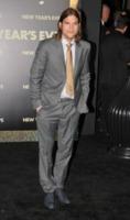 Ashton Kutcher - Hollywood - 06-12-2011 - Alessandra Ambrosio sfila col pancione a San Paolo
