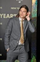 Ashton Kutcher - Hollywood - 06-12-2011 - Khloe Kardashian subisce uno scherzo da Miley Cyrus su Punk'd