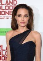 Angelina Jolie - Hollywood - 08-12-2011 - Angelina Jolie e Brad Pitt: la coppia dei sogni alla premiere di In the Land of Blood and Honey