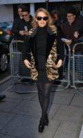 Kylie Minogue - Londra - 09-12-2011 - Kylie Minogue è la prima a fare le congratulazioni a Halle Berry e Olivier Martinez